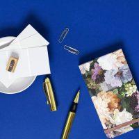 دانلود تصاویر استوک دفترچه یادداشت و قلم طلایی