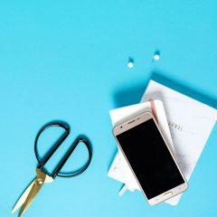 دانلود تصاویر استوک موبایل لمسی و قیچی فلزی