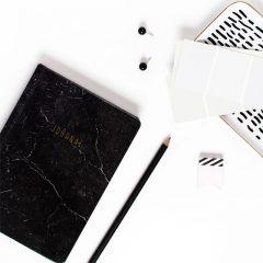 دانلود تصاویر استوک کتاب و مداد مشکی برای یادداشت