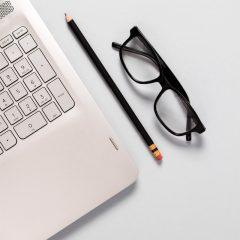 دانلود تصاویر استوک عینک مهندسی و لپ تاپ سفید